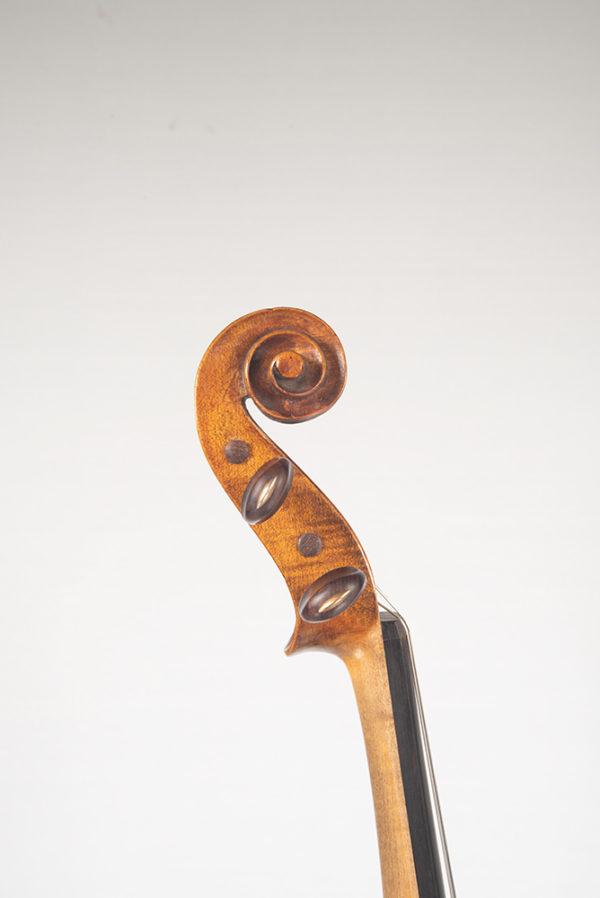 C. Candi mesterhegedű 1900 csiga